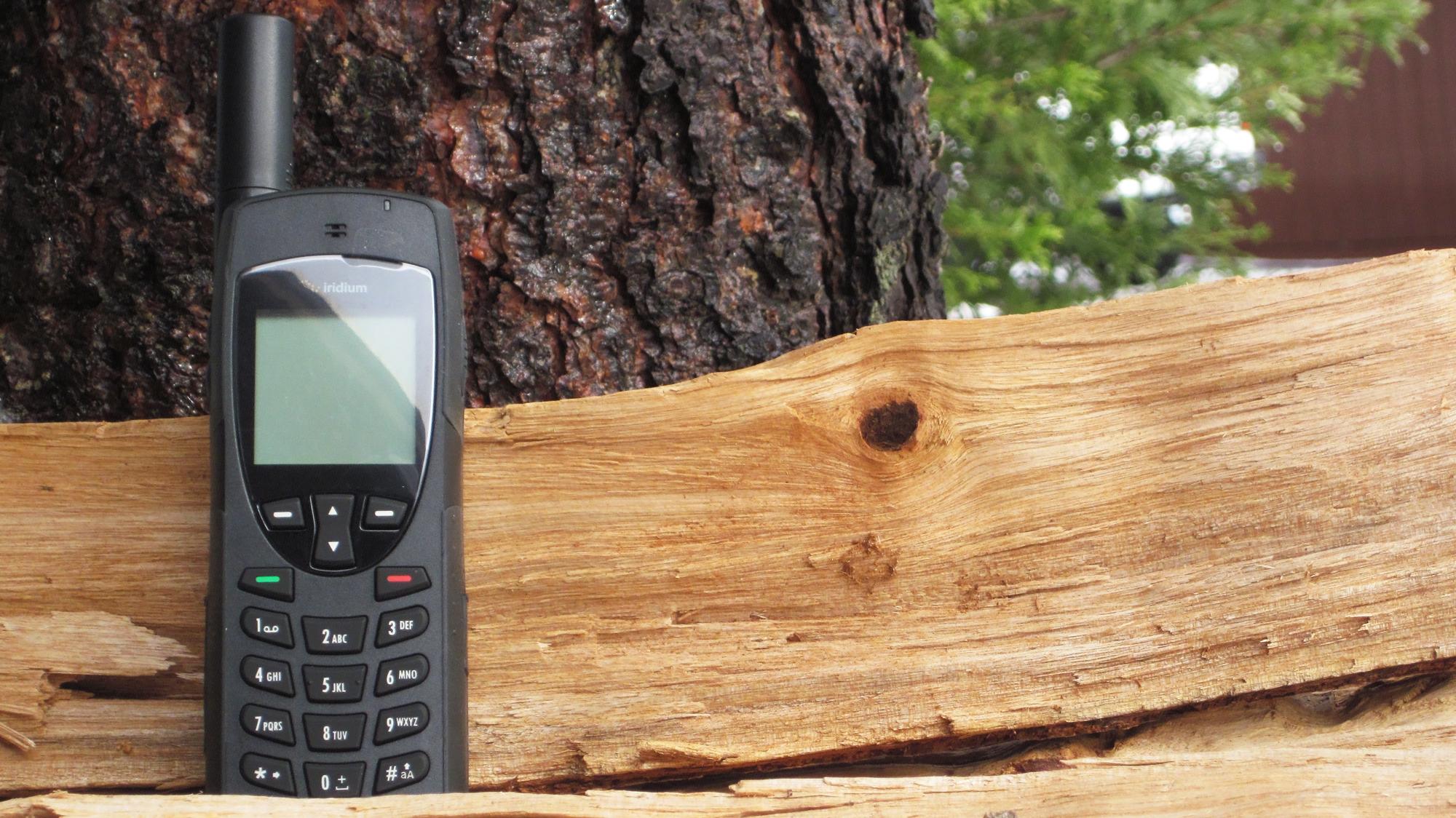 iridium-9555-satellite-phone-sitting-in-the-wilderness.jpg
