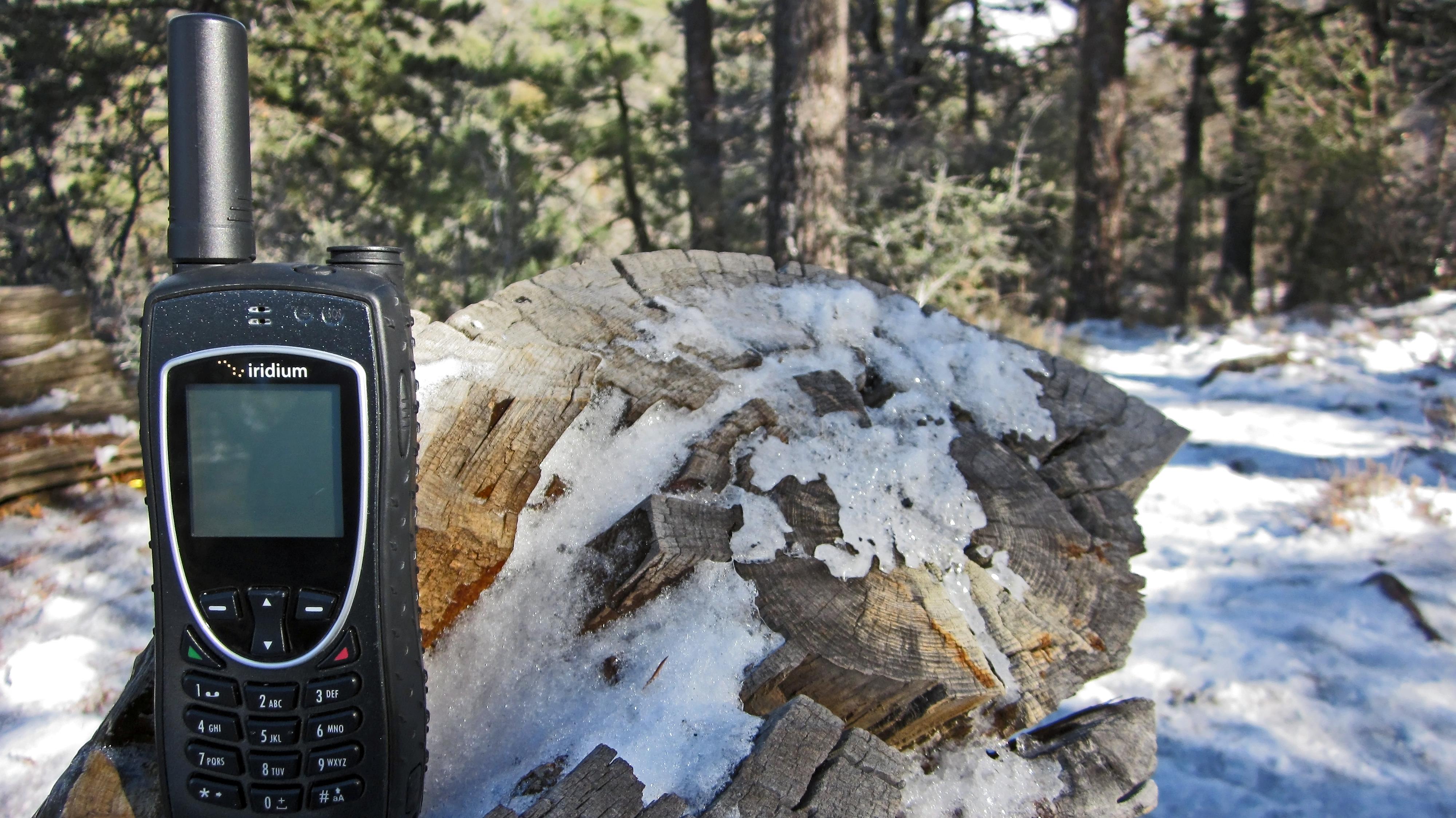iridium-9575-extreme-satellite-phone-in-snowy-enviroment.jpg