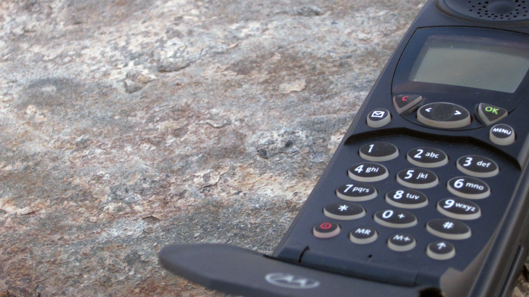 iridium-motorola-9500-sat-phone-laying-in-a-rock.png